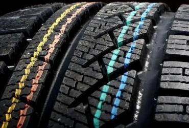 Что означают загадочные цветные полоски на автомобильных шинах